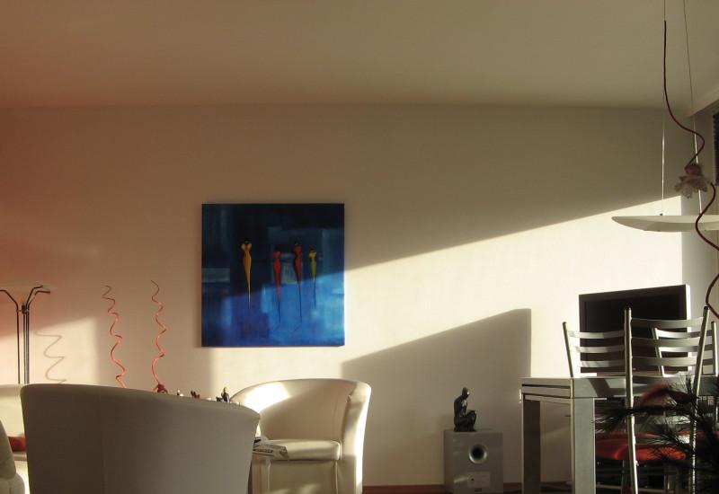 Wohnzimmer mit Sesseln, Teppich, Bilder, Esstisch