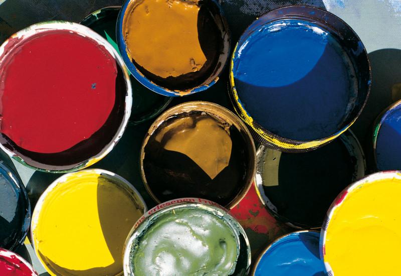 mehrere Eimer mit unterschiedlichen Lackfarben