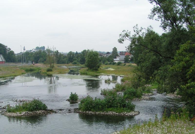 Fluss mit Siedlung im Hintergrund
