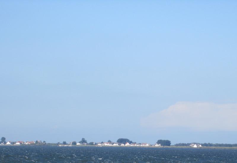 Die Ostsse im Vordergrund und die Insel Hiddensee im Hintergrund