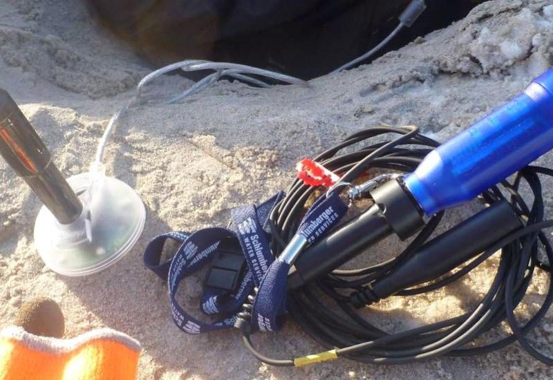 Ein Datenlogger steckt im Sand
