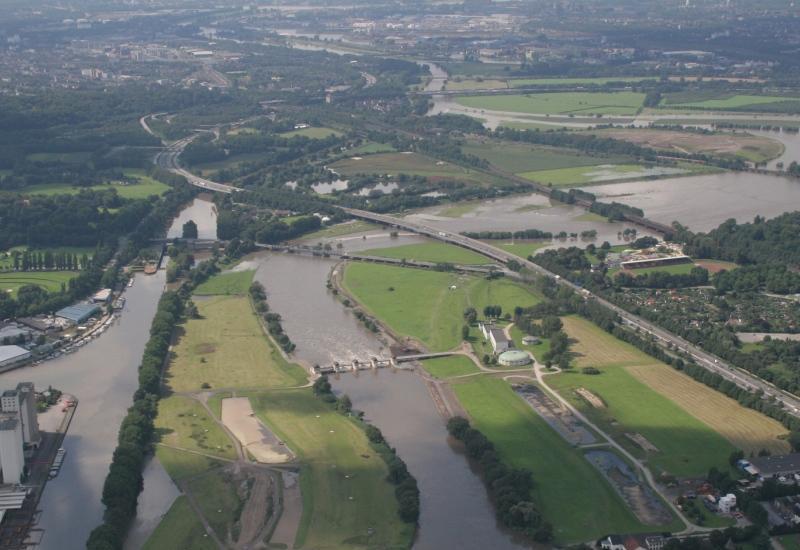 Ein von starker Nutzung geprägte Landschaft mit Flüssen und Kanälen aus der Vogelperspektive
