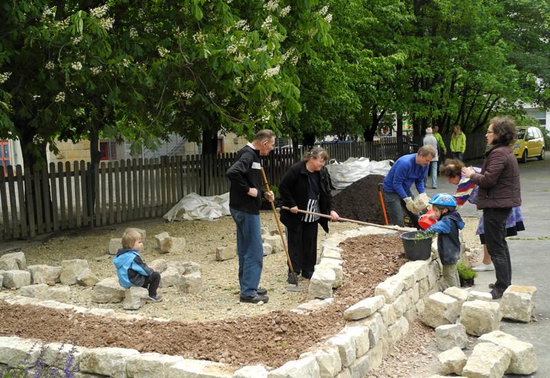 Anwohner gestalten 2014 ihre eigene Grünfläche in Erfurt mit einer Trockenmauer.