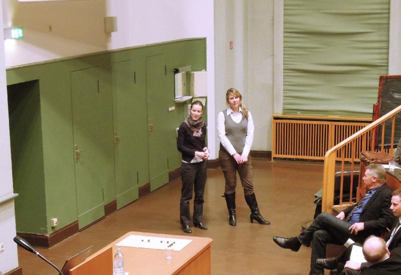 Vortrag in einem Hörsaal vor Pflegekräften und Ärzten und Ärztinnen.