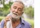 Das Bild zeigt einen älteren Mann mit geschlossenen Augen, der sich mit einem Schweißtuch den Hals trocknet.