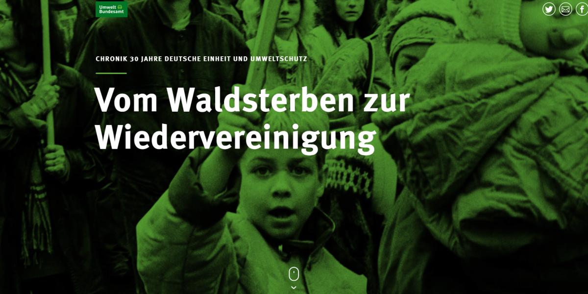 """Schriftzug """"Vom Waldsterben zur Wiedervereinigung: Chronik 30 Jahre Deutsche Einheit und Umweltschutz"""", im Hintergrund sind Demonstranten mit Schildern zu sehen, darunter ein Kind"""