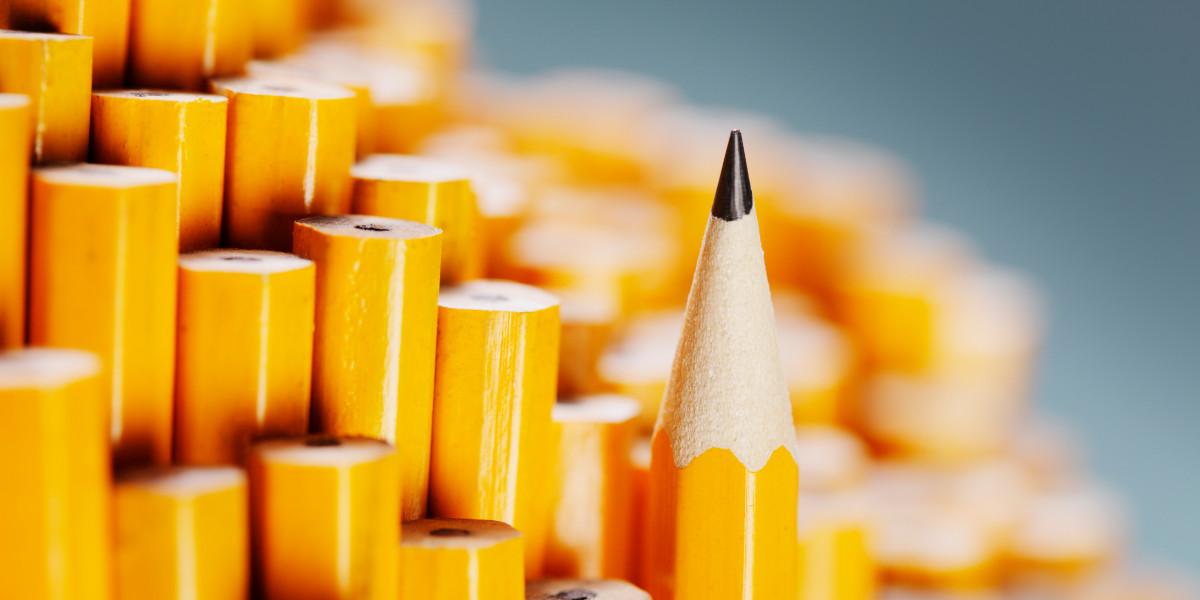 Mehrere umgedrehte Bleistifte unterschiedlicher Länge. Einer sticht hervor, da er mit der angespitzen Seite nach oben steht.